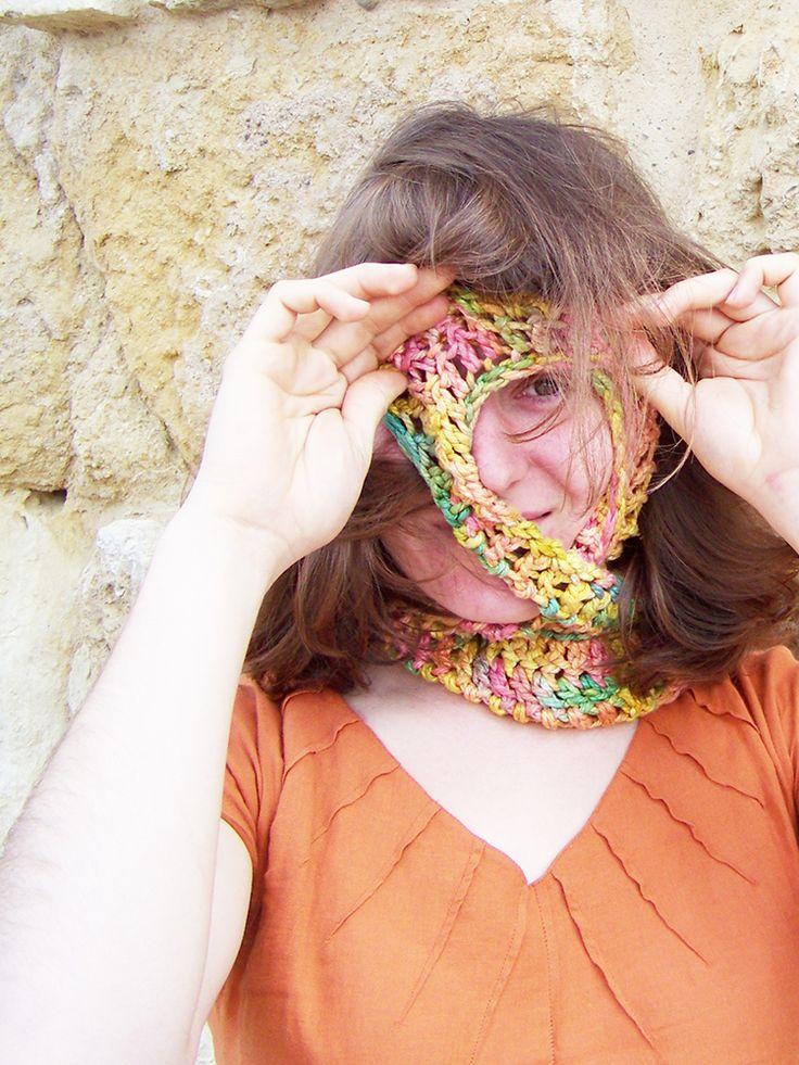 FULAR INFINITO Tejido a mano en crochet con seda de comercio justa hecha por mujeres de la India, sin trabajo infantil, reciclando los desperdicios de la seda. Los tintes son naturales.  72€