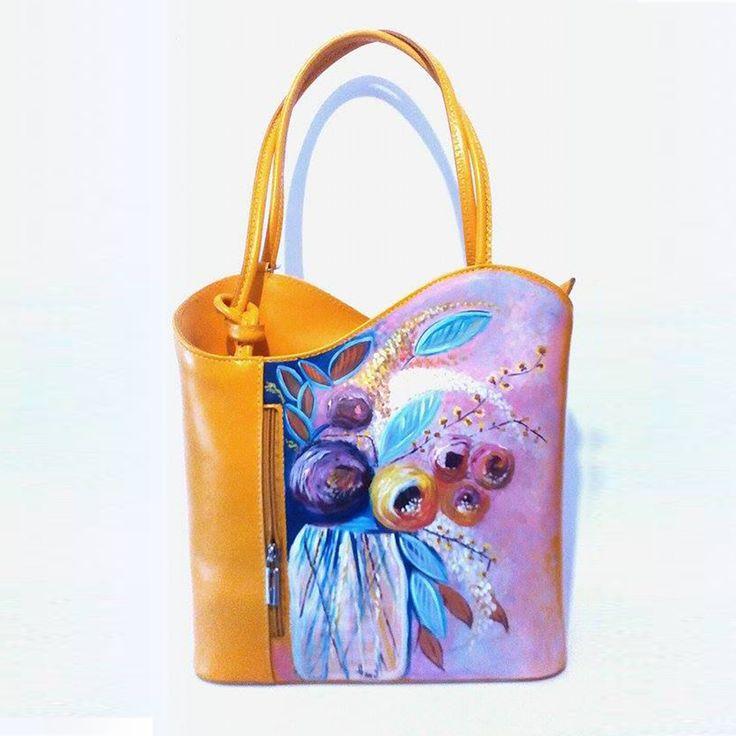 Borsa in pelle dipinta a mano, FLORA, su comoda borsa a spalla gialla, un dipinto floreale stile impressionista con tocchi di fiori gialli che riprendono lo sfondo della borsa. DESCRIZIONE TECNICA Borsa/Zaino in Vera Pelle Chiusura con zip Taschino portacellulare 2 scomparti Dimensioni: 27cm x 28.5cm x 8cm (larghezza x altezza x profondità) Peso: 0.78 Kg. Prodotta in Italia