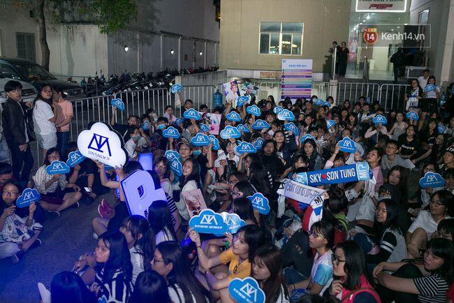 Sơn Tùng mang căn phòng truyền cảm hứng của mình chiêu đãi 300 fan trong buổi họp fan cuối năm - Ảnh 1.