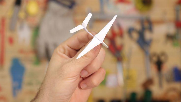 Aprenda a fazer um avião de papel planador passo a passo usando técnicas de origami e dobradura. Esse avião planador voa muito alto e é simples de fazer.