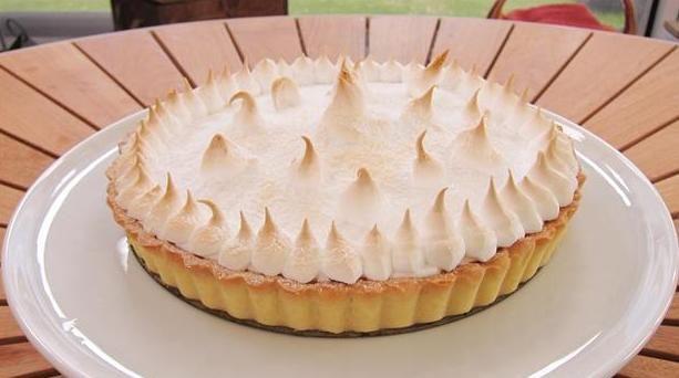 Citrontærte af Jan Friis-Mikkelsen. Her er den perfekte opskrift, på en dejlig sprød citrontærte med en tilpas smag af citron og en lækker sødme.