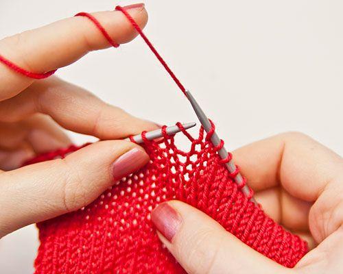 Sollen innerhalb einer Reihe Maschen zugenommen werden, bildet man aus dem zwischen zwei Maschen liegenden Querfaden eine neue Masche. Der Querfaden wird auf die linke Nadel gehoben.