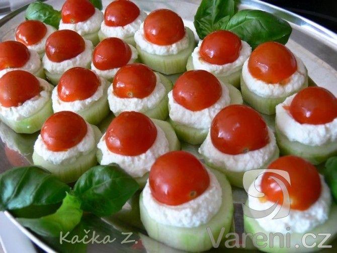 Svěží kombinace lahodných chutí ideální na letní oslavu. Recept na chutné jednohubky z okurky, rajčat a ricottové pomazánky.