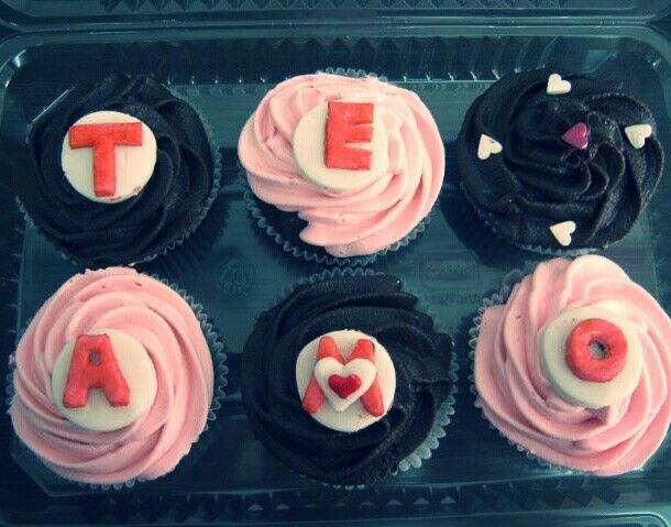 Cupcakes de #AmorYAmistad para esa persona especial. #PasteleriaSoSweet