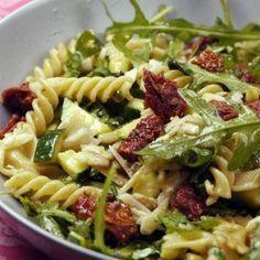 Hier also mein absoluter Lieblings-Nudelsalat - Italienischer Nudelsalat mit Rucola, getrockneten Tomaten, Zucchini und einer Honig-Senf-Soße. Oberlecker!