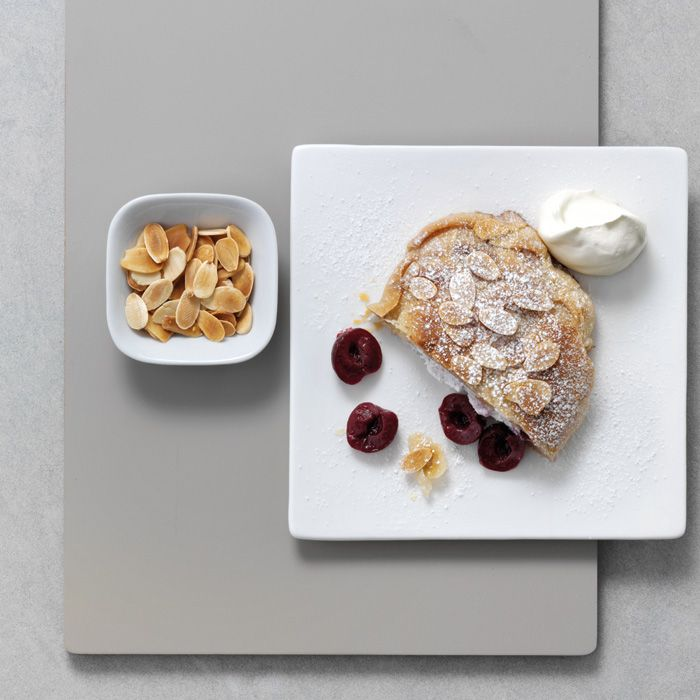 Cremiger, milder Ricotta und aromatische, säuerliche Kirschen kombiniert mit Baiser – dieses Dessert wird deine Gäste an lauen Sommerabenden sicher beeindrucken.