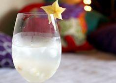 Maria Victoria Ingredientes: 40ml de vodka (pode ser de baunilha, ou não) 150ml de água de coco 4 lichias cortadas em pedaços Folhas de hortelã Mistura tudo numa coqueteleira e pronto.