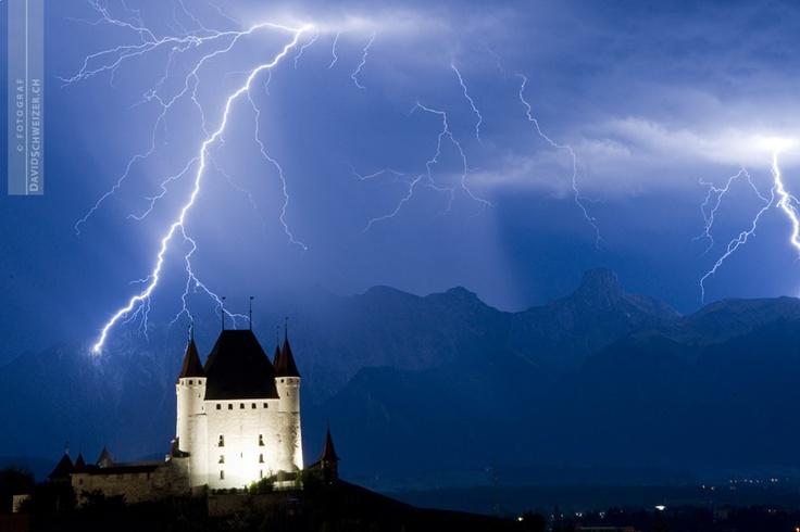 Gewitter über dem Schloss Thun (BE -Schweiz)