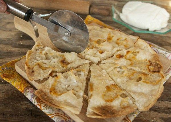 Due sottilissime sfoglie racchiudono uno strato di crescenza fusa che vi conquisterà fin dal primo morso,è la di focaccia di Recco al formaggio.Assaggiate?