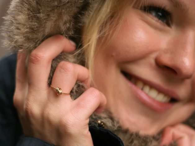 Den legendären KIZZU KNOT A DIAMOND Ring gibt es nun auch in der PREMIUM Version. IN 14K ECHTGOLD! Auf Anfrage produzieren wir den Knotenring gern auch in 18K bzw. in Weissgold oder Roségold....