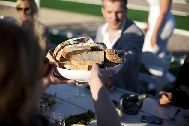 Eten met buurtbewoners van het Homeruskwartier. © Jordi Huisman, Museum De Paviljoens