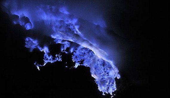 Fuego azul en el Kawah Ijen, un volcán de Java