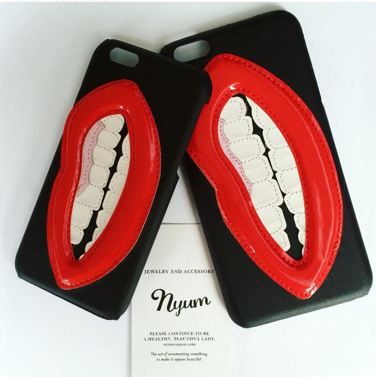 スマホケースiphone6 6s向け case ※ 6plus 6splusサイズは完売しました。ぷっくりとした唇がかたどられたロックなiphoneケース。唇部分は合皮のエナメル素材でクッションが入っています。歯と歯茎とブラックの部分はスムースの合皮が貼られています。iphone設置部分は堅い材質です。海外輸入品につき、クオリティーにばらつきがあります。・表面に1mm以下の小さなキズ・汚れ などがありますが、ご了承下さいます様、お願い致します。素材:合皮・TPU(熱可塑性ポリウレタン)表面:スムース送料無料です。発送は、日本郵政「クリックポスト」を予定しています。クリックポストは、日本郵政が運営しています。損害賠償はありませんが追跡サービスで荷物の配達状況を確認できます。どれでも、3点以上のご購入で、ゆうパック・レターパック等の宅配便発送にランクアップさせていただきます。