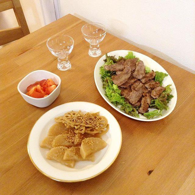 Huomenta!  夜ごはん 焼肉 大根の煮物 蓮子のきんぴら トマト  週末はお酒をいただくので、 早起きがつらい。 土曜の朝はいつも半分寝ながら、 パン生地をこねています。  arabia kokoオーバルプレート  #晩酌 #夜ごはん #晩ごはん #夕食 #おうちごはん #お酒 #フィンランド雑貨 #北欧 #北欧雑貨 #北欧食器 #アラビア #arabia #日々 #暮らし #日常 #おうち時間 #肉
