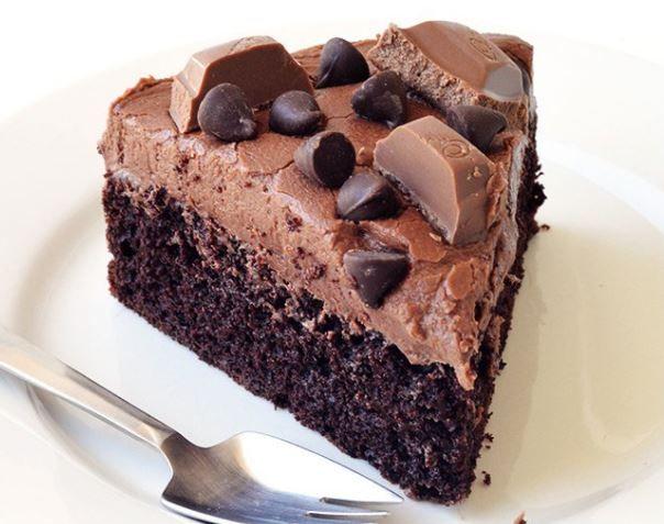 Μια τούρτα πραγματικός πειρασμός που σίγουρα δεν μπορείτε να της αντισταθείτε.Βάση ένα πεντανόστιμο και πανεύκολο κέικ, επικάλυψη μια υπέροχη αφράτη βουτυρ