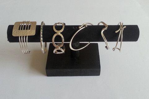 """DIY: présentoir à bracelets fait en bois et suédine. Facile et économique à faire, le rendu fait très """"pro"""""""