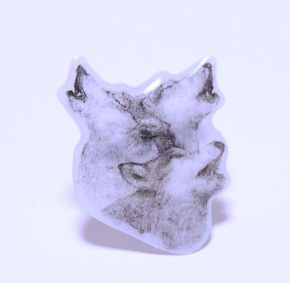オオカミの遠吠えモチーフの透明感が美しいブローチです。モノトーンで描かれた3匹のオオカミが強い存在感を放ちます。ストールやシャツ、バッグにつけても目を引きます...|ハンドメイド、手作り、手仕事品の通販・販売・購入ならCreema。