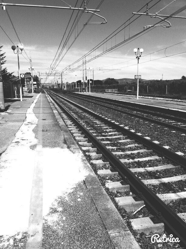 Ecco, il desiderio che il treno arrivi e ti porti via...lontano da tutto e da tutti: guardando avanti e non indietro