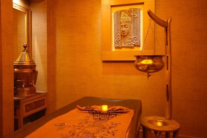 Ayur (hayat) veda (bilim) vücut bakımlarını medyatik ve ruhani metotlarla birleştiren eski Hint sağlık sanatının temelidir.    Su, yağ bakımları, hareket ve özel lezzet şekilleri değer kaymaları nedeniyle rahatlama ve iç huzur sağlar.