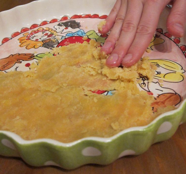 Paleo+deeg+voor+(hartige)+taart 1 cup kokosmeel 1/2 cup kokosolie, gesmolten 2 eieren snuf zout taartvorm