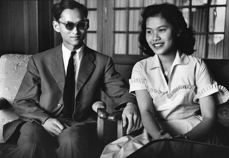 Король Таиланда Пхумипон Адульядет взошёл на престол в 23 года http://kleinburd.ru/news/korol-tailanda-pxumipon-adulyadet-vzoshyol-na-prestol-v-23-goda/  Сегодня, 13 октября, в Таиланде скончался корольПхумипон Адульядет. Правительство страны официально подтвердило смерть монарха, который занимал свой пост на протяжении 65 лет. Согласно полученной информации, политик скончался на 89-м году жизни в центральной больнице Бангкока. Народу Таиланда сообщили о смерти их лидера по государственному…