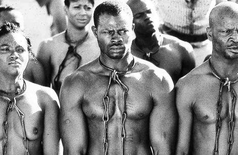 Esta fotografia representa el proncipio de la esclavitud en America y como transportavan a las personas desde Africa hasta America para ser esclavizados.