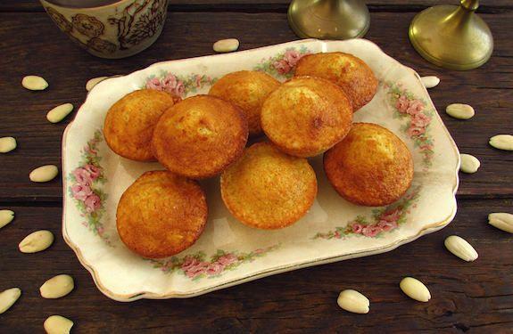 Convide os amigos para a sua casa e sirva estes deliciosos queques de amêndoa.