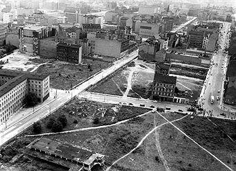 Berlin Kreuzung Wihlemstrasse (vorn quer) und Zimmerstrasse an der Grenze zwischen Kreuzberg und Mitte; im Bild ebenfalls zu erkennen der Mauerverlauf (Oktober 1961)