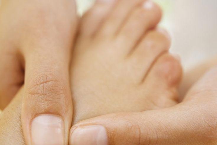 Beneficios de la reflexología podal. La reflexología podal se basa en la premisa de que hay reflejos en los pies que corresponden a todas las partes del cuerpo y que la estimulación de estos reflejos provoca cambios fisiológicos. La reflexología es una técnica curativa ancestral, y la evidencia de ...