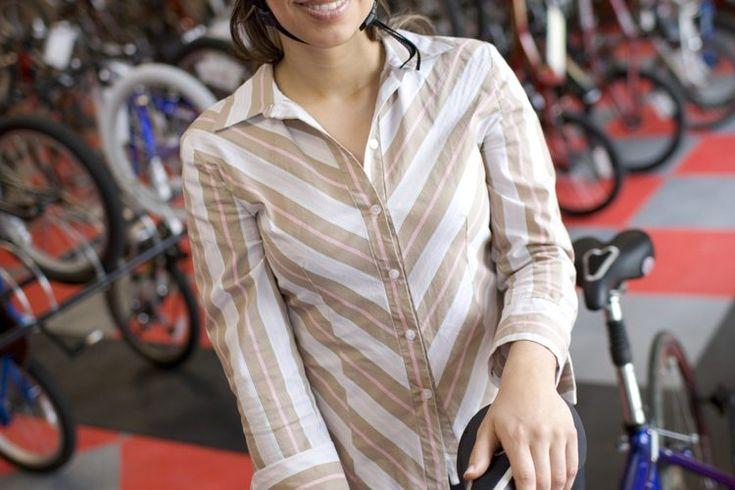 Cómo comprar una bicicleta para principiante adulto. No todos aprenden a montar en bicicleta con ruedas de entrenamiento, y si eres de los que no lo hicieron, es posible que te sientas abrumado cuando decides comprar una bicicleta nueva. Si eres un adulto principiante en busca de comprar una ...