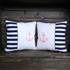 Jasiulka Baby Girl Marine  Dekoracyjne poduszki z wyjmowanym wkładem antyalergicznym. Wykonane z dekoracyjnej tkaniny Home Decor.  Doskonała propozycja dekoracyjna do pokoju dziecięcego, nadająca charakter morski.  Produkt uszyty ręcznie, z najwyższą starannością i precyzją.  Wymiary:  25 cm x 25 cm (+/- 1 cm)