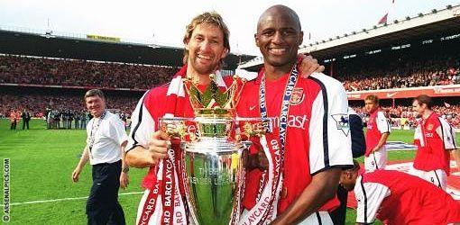 La personne à droit c'est Patrick Vieira.  Il a été un footballeur pour Arsenal et maintenant il est l'entraîneur de NYCFC.