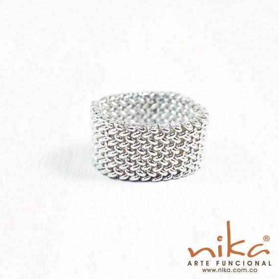 Mira este artículo en mi tienda de Etsy: https://www.etsy.com/listing/270556396/silver-band-ring-silver-thread-handwoven