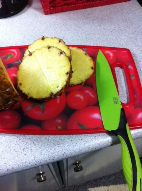 Επιφάνεια κοπής Tomato http://goo.gl/Hnh3mc και μαχαίρι Reflex http://goo.gl/7M81Qp  cookworld.gr