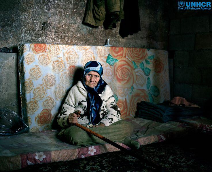 """""""Gli uomini dovrebbero sempre sbucciare le arance per le donne.""""  Khaldiye, 103 anni, è fuggita dalla #Siria 2 anni fa e ora risiede con la #famiglia di uno dei suoi figli in #Libano. Suo marito le comprava ogni giorno un'arancia, che poi affettuosamente sbucciava per lei. Khaldiye ha offerto ai suoi familiari di vendere la sua fede d'oro per aiutarli a sostenere le spese di una vita in esilio, ma si sono rifiutati."""