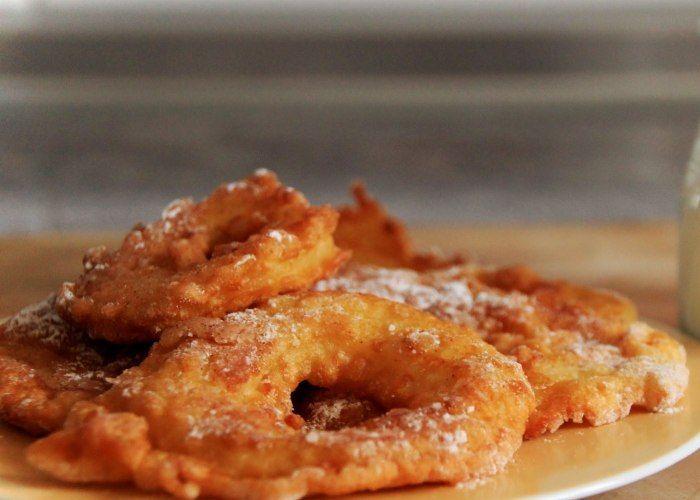 Le frittelle di mele si realizzano affettando le mele sbucciate e passandole in una pastella di uovo, farina e latte per poi friggerle nell'olio. Ecco come preparare questa ricetta.
