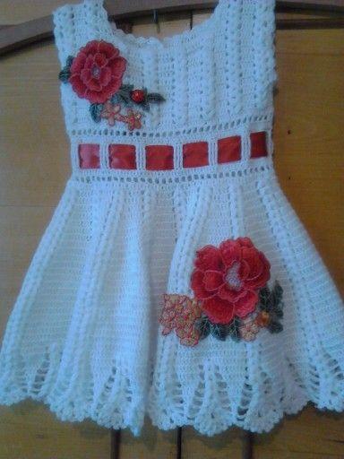Rochiță croșetată cu aplicații brodate pentru fetițe de 1an.