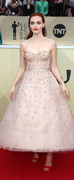 Madeline Brewe canon une robe princesse rose carnation bustir coeur perlée au SAG Awards 2018
