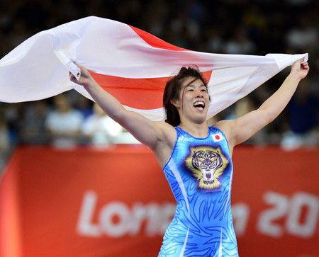 Saori yoshida won the gold medal in women's wrestling. 女子55キロ級で優勝し、日の丸を手に喜ぶ吉田沙保里