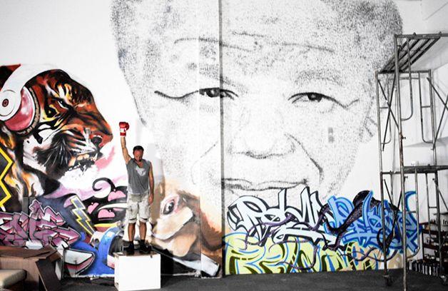 O artista  Phil Akashi, residente em Shangai, criou uma obra inusitada em homenagem à Nelson Mandela, um dos maiores líderes políticos de esquerda dos últimos tempos, que faleceu ontem, 5, em Pretória, na África do Sul.