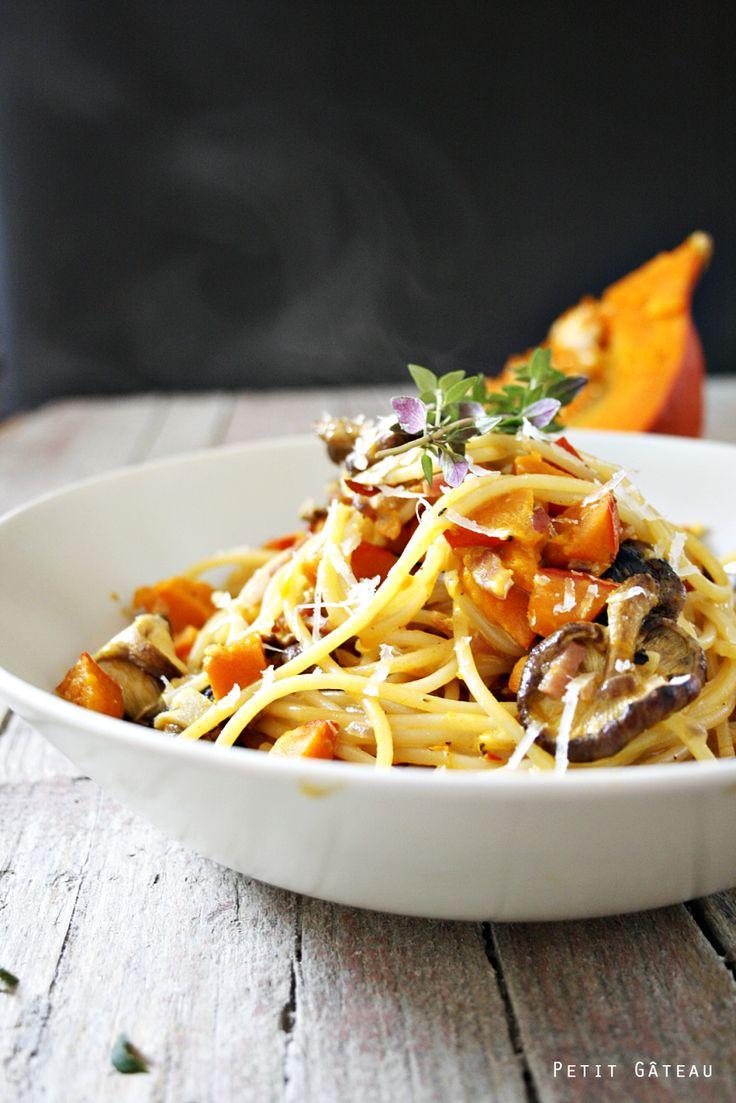 Petit Gâteau : Spaghetti mit Kürbisragout, Shiitake-Pilze und Speck - mein Pastaglück für kuschelig Herbsttage