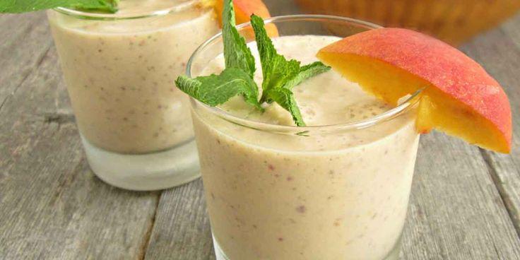Lo smoothies con frutta e yogurt è una bevanda perfetta da consumare per la prima colazione, ma è adattaanche per la merenda pomeridiana. È una ricetta molto versatile in quanto può essere preparato secondo i propri gusti personali.