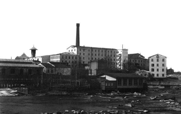 Finlayson kosken itäpuolelta katsottuna 1880-luvulla. Keskellä Kuusivooninkinen. Kuvaaja: Svante Lagergrén, Vapriikin kuva-arkisto