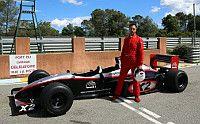 """Datenlogger MSR165 misst G-Kräfte in Formel-1-Doppelsitzer. Evil Jared Hasselhoff, Bassist der legendären """"Bloodhound Gang"""", stellte sich den extremsten G-Kräften. Zuerst erfüllte sich Jared einen Männertraum – in einem Formel-1-Wagen fahren. Und zwar in Europa's einzigem Formel-1-Doppelsitzer, in Frankreich. Mit Hilfe eines MSR165 Beschleunigungs-Datenloggers wurde dabei gemessen, welche G-Kräfte bei der rasanten Fahrt auftraten."""