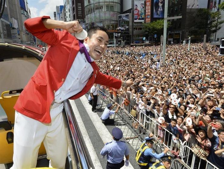 沿道のファンに銀メダルを見せながら手を振るフェンシング男子フルーレ団体銀メダリストの太田雄貴 =20日午前、東京・銀座(代表撮影)