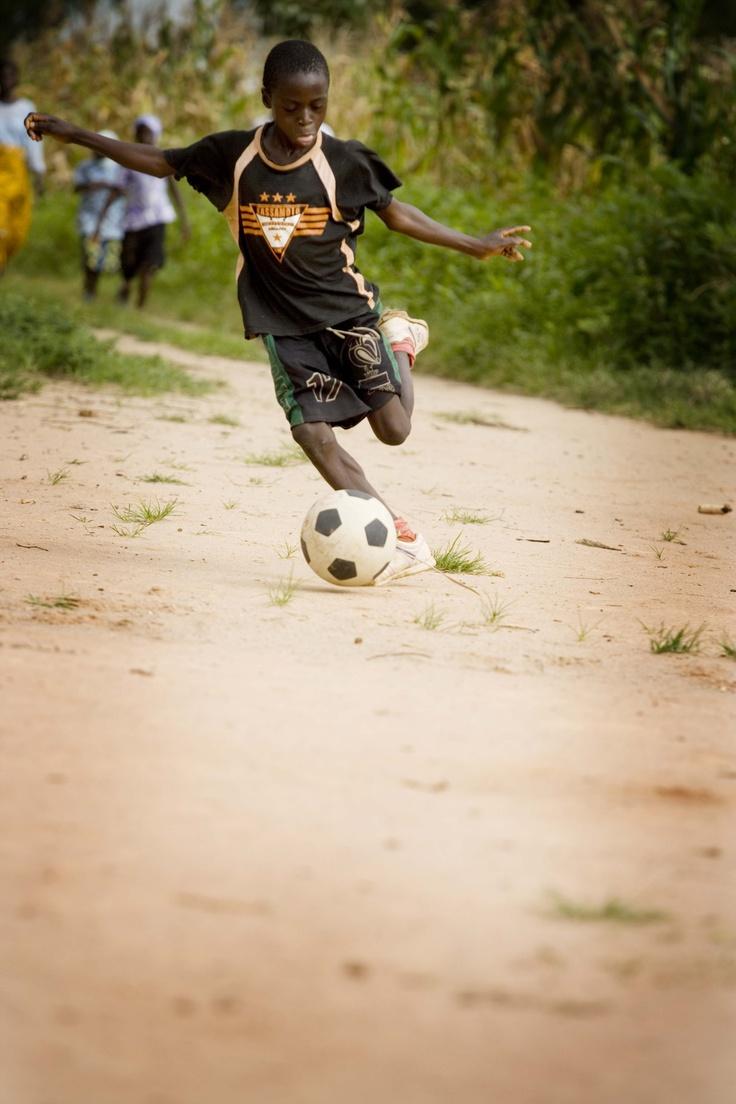 Questo bambino del villaggio di Chikun in Nigeria può giocare indisturbato a calcio. Dopo aver assunto la sua dose di Mectizan© non rischia più di diventare cieco!