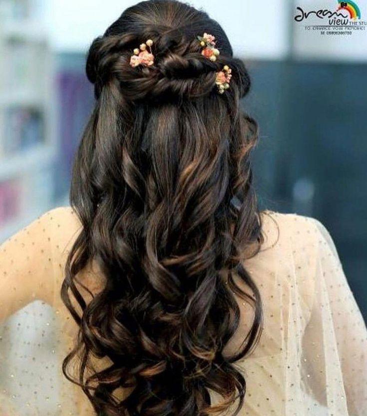 Kleine Blutenperlen Am Haar Splitterhaarzusatz Fur Sangeet Geschlossene Locken Fur Bridemaids Hairstyles Hair Styles Indian Wedding Hairstyles