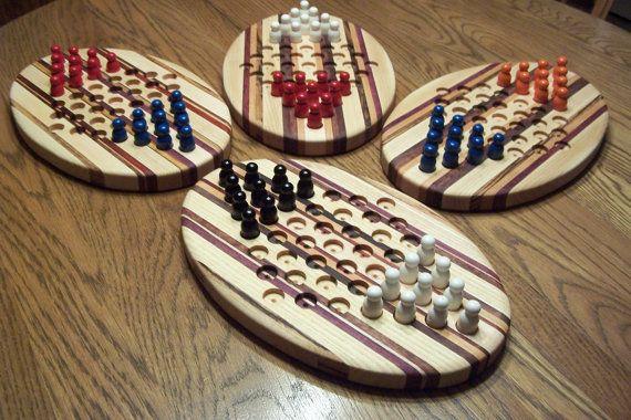 Aquí es un juego histórico con un nuevo giro, en lugar de un tablero de juego tradicional de seis, este tablero está diseñado para sólo dos jugadores. Jugar tablero está hecho de una variedad de maderas duras norteamericanas, acentuado con únicas tiras de maderas exóticas para añadir que