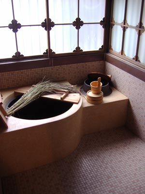 Bathroom, old Japanese style. http://pantoufles.blog.shinobi.jp/Entry/385/