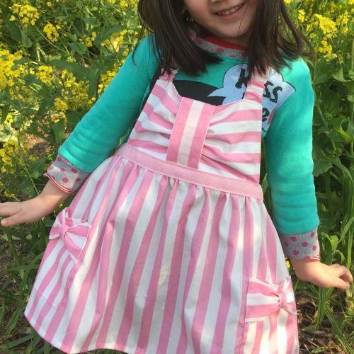 """「リボンの可愛い(≧∇≦)キッズエプロン♪」この春!長女がついに幼稚園に入園します! 幼稚園で使うエプロンを手作り♪ コレからたくさんの  """"はじめて""""  にワクワク!ドキドキ! なんにでも、なんどでも、立ち向かえますように♡ [材料]表布/裏布/2㎝幅綾テープ/2㎝幅ゴム/1㎝幅ゴム"""